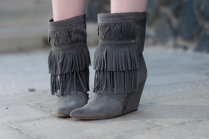 RED REIDING HOOD: Fashion blogger wearing fringe ankle boots outfit details
