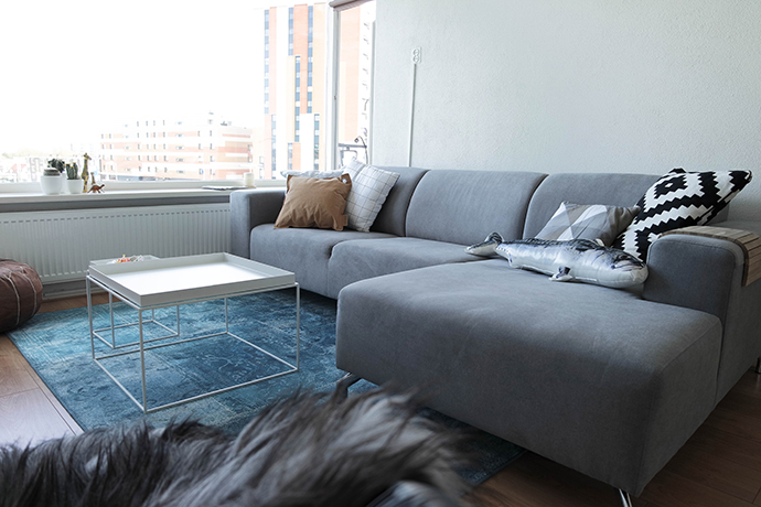 RED REIDING HOOD: Interior home inspiration oriental blue rug Karwei karpet florence macedes ella hoekbank moroccan pouf hay tray tables