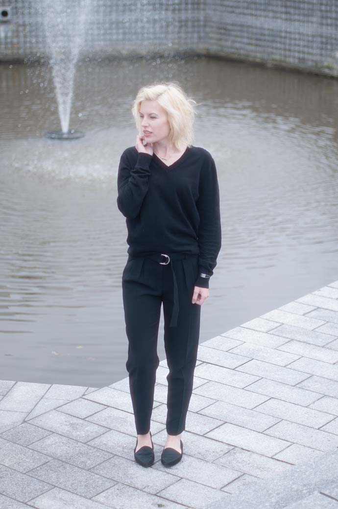 RED REIDING HOOD: Fashion blogger wearing high waisted pants mango all black everything outfit vagabond loafers
