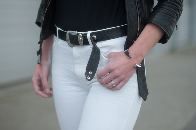 RED REIDING HOOD: Fashion blogger wearing western cowboy belt white high waisted jeans outfit details