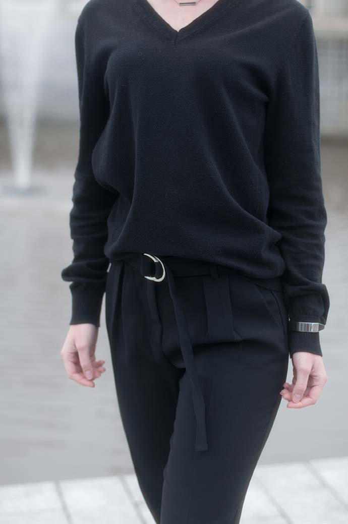 RED REIDING HOOD: Fashion blogger wearing buckle pants high waist suit pants all black everything outfit details
