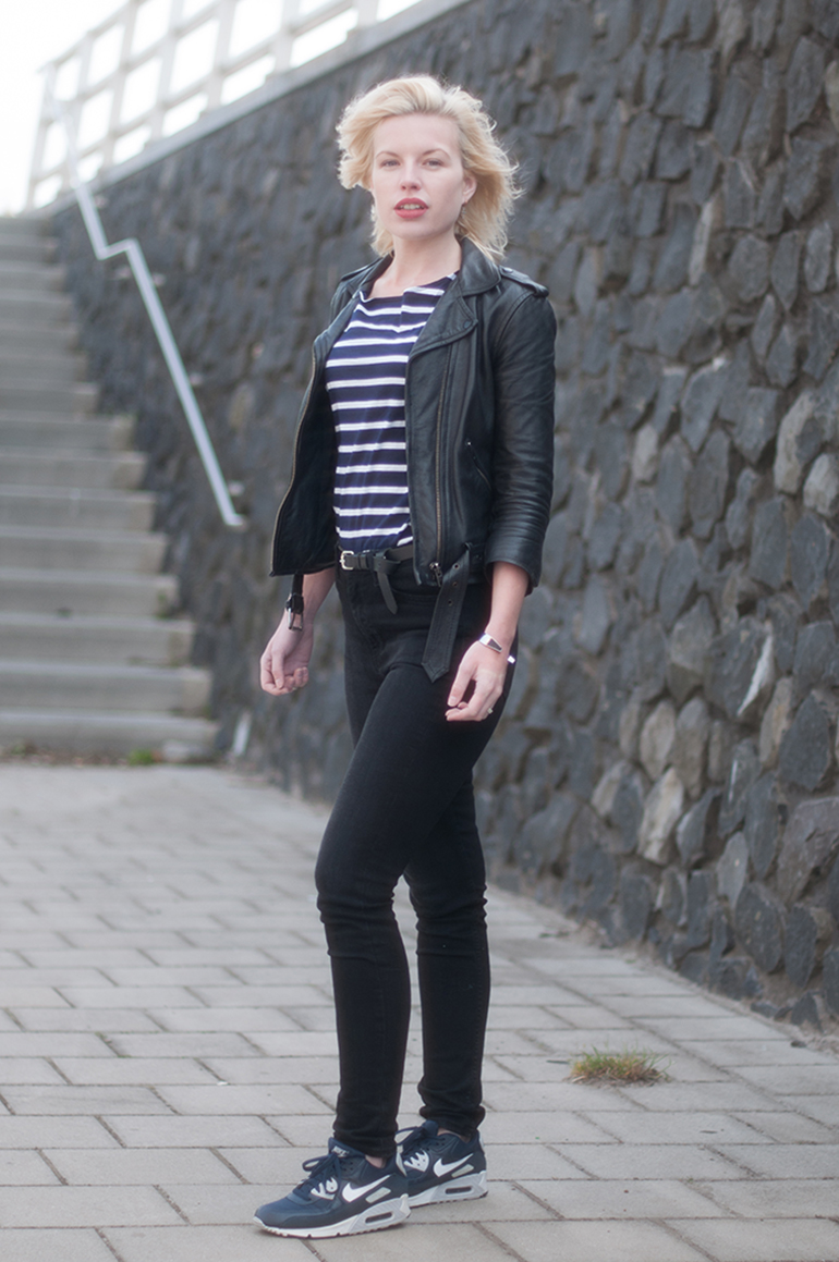 RED REIDING HOOD: Fashion blogger wearing high waisted jeans black denim nike air max 90 essential sneakers outfit