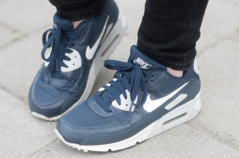 RED REIDING HOOD: Fashion blogger wearing nike air max 90 essential sneakers blue outfit details