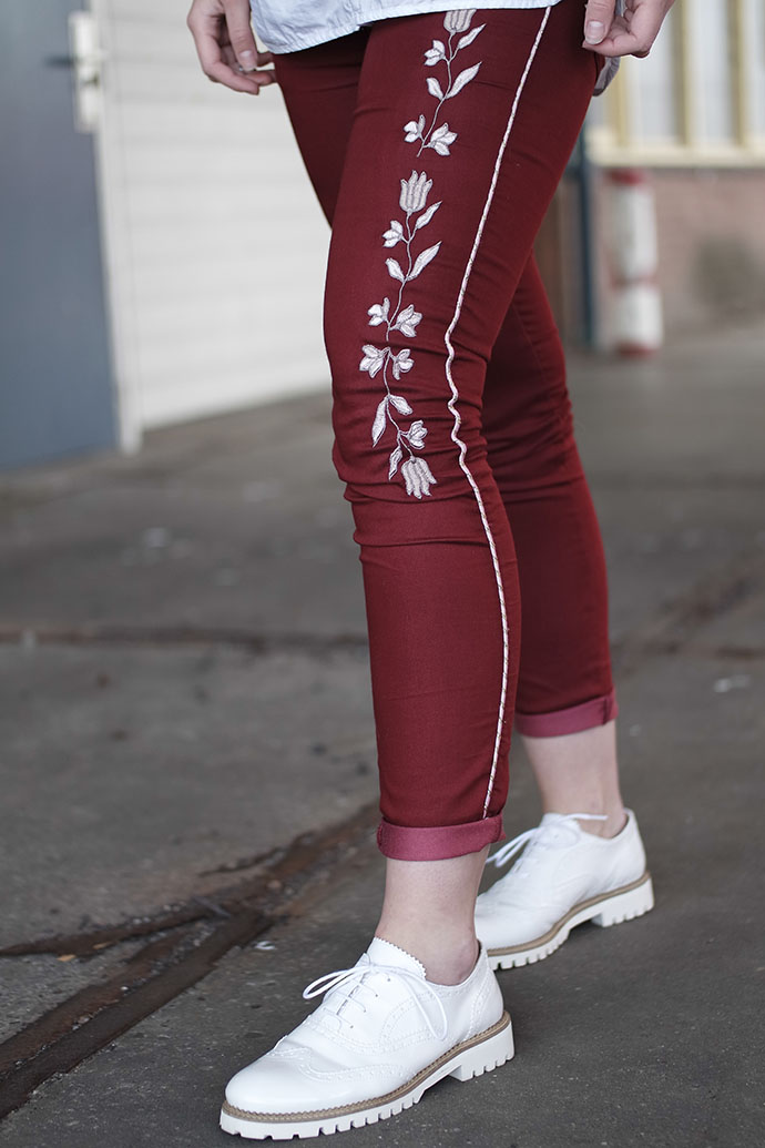 RED REIDING HOOD: Fashion blogger wearing white brogues witte veterschoentjes omoda outfit details embroidered pants isabel marant