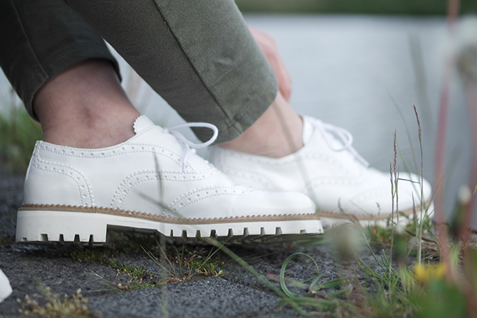 RED REIDING HOOD: Fashion blogger wearing white brogues outfit details witte veterschoentjes