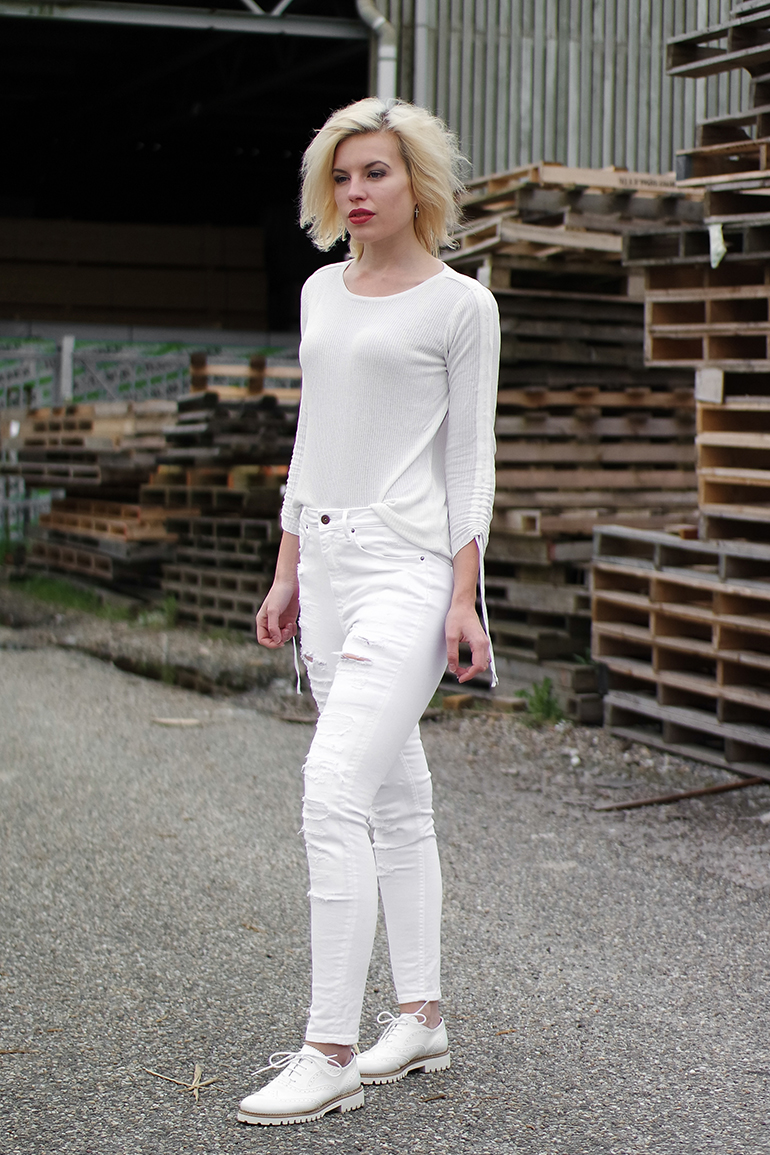 RED REIDING HOOD: Fashion blogger wearing all white outfit high waisted ripped jeans outfit brogues