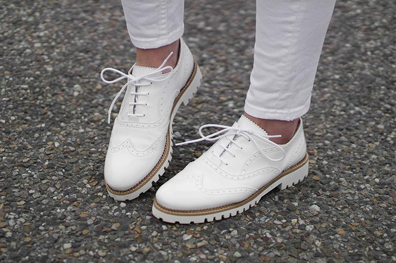 RED REIDING HOOD: Fashion blogger wearing white brogues omoda verterschoentjes