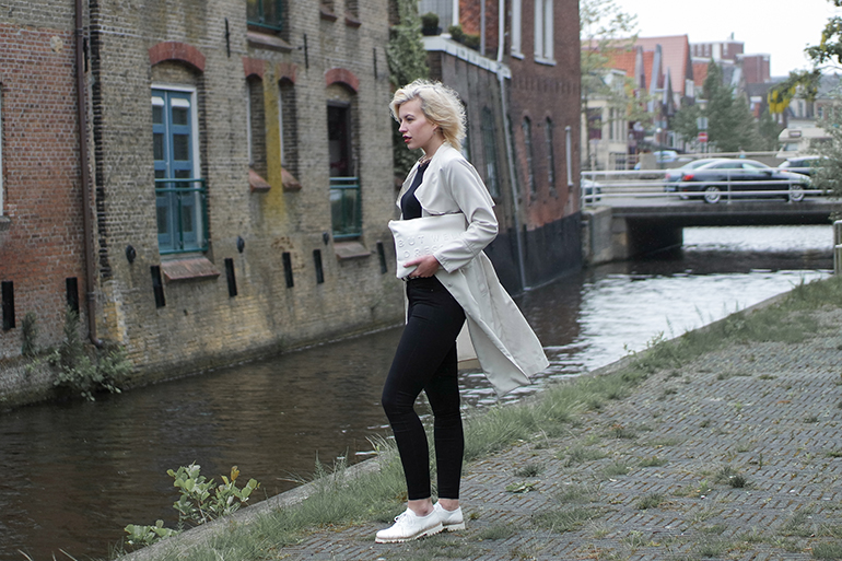 RED REIDING HOOD: Fashion blogger wearing trench coat H&M zara clutch brogues black skinny jeans outfit