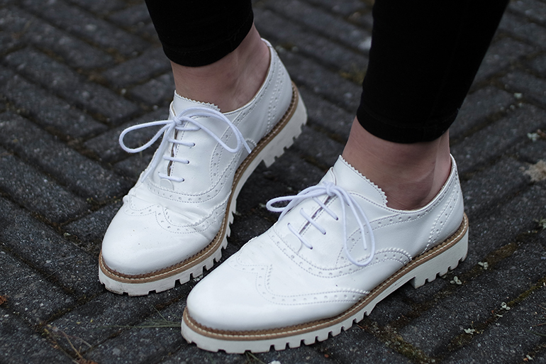 RED REIDING HOOD: Fashion blogger wearing white brogues outfit details omoda veterschoentjes