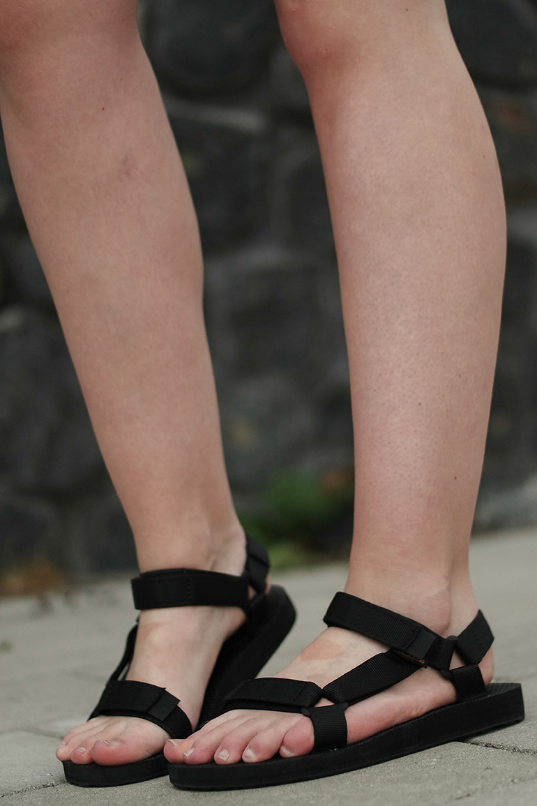 RED REIDING HOOD: Fashion blogger wearing black Teva sandals outfit details