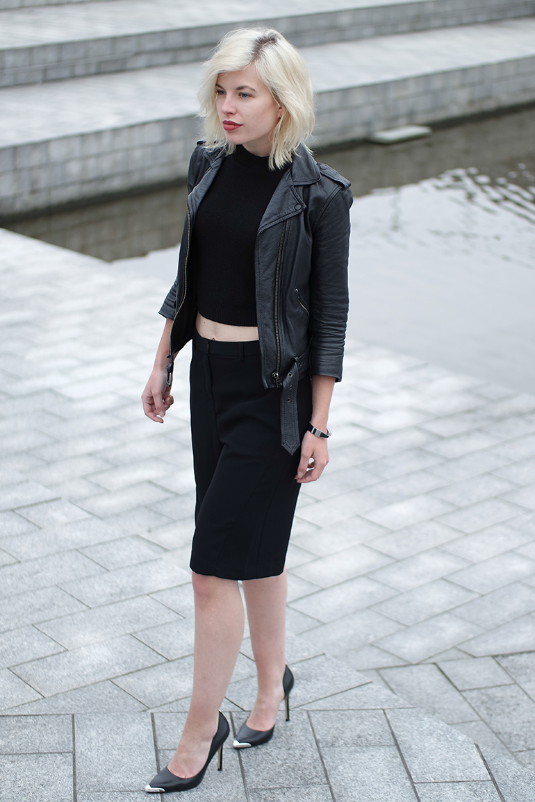RED REIDING HOOD: Fashion blogger wearing omoda pumps outfit culottes turtleneck crop top