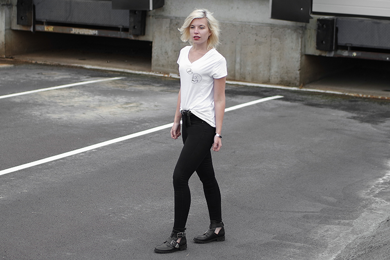 RED REIDING HOOD: Fashion blogger wearing black high waist skinny jeans buckle boots white tee outfit