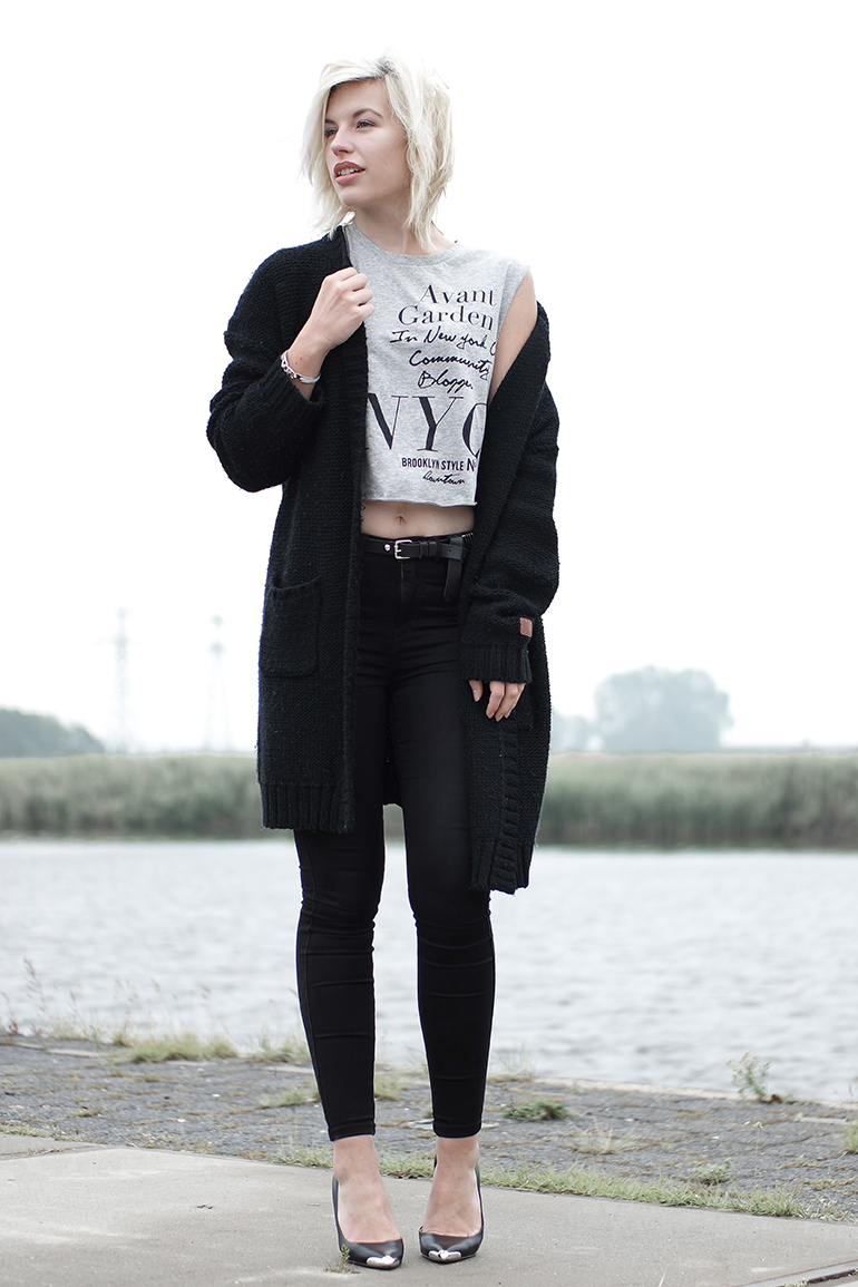 RED REIDING HOOD: Fashion blogger wearing black skinny high waisted jeans only denim heavy knit cardigan crop top outfit