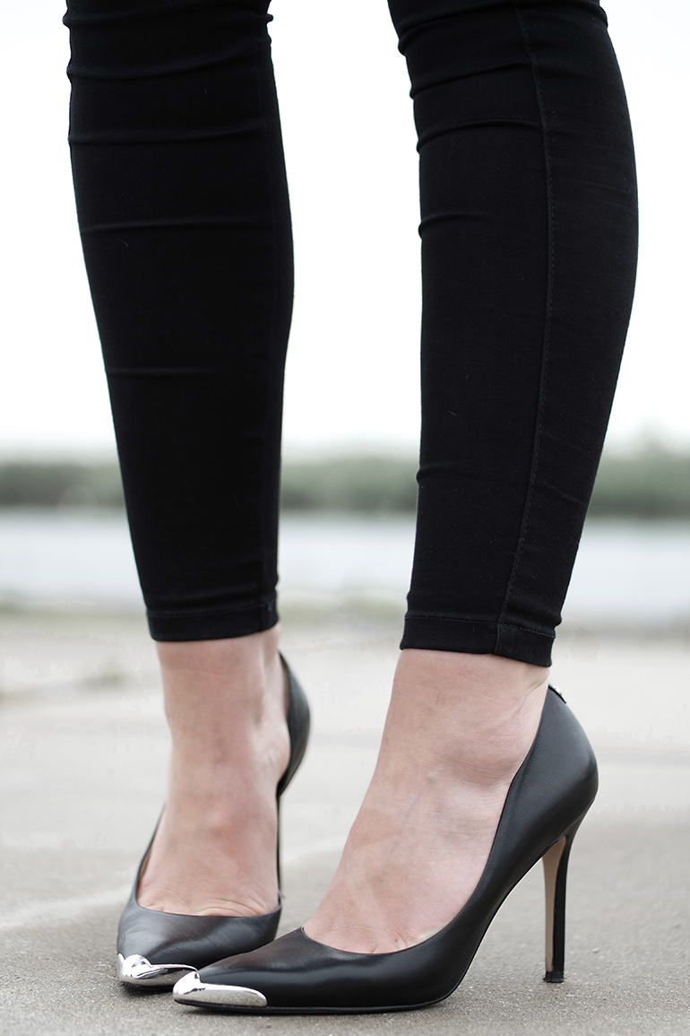 RED REIDING HOOD: Fashion blogger wearing pointy toe pumps guess heels omoda outfit details