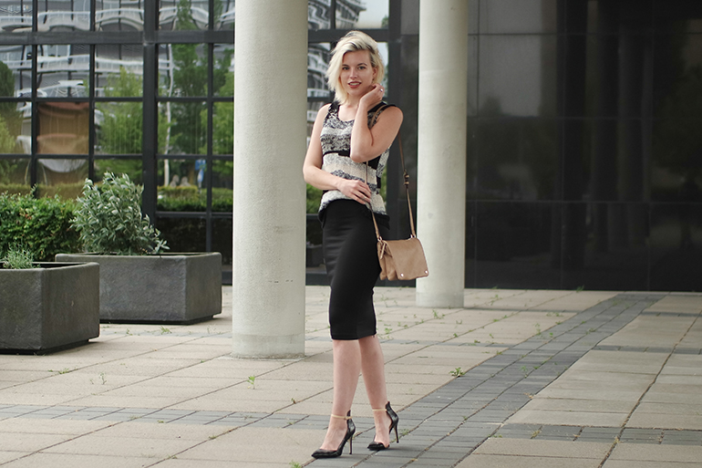 RED REIDING HOOD: Fashion blogger wearing nude cross body bag pencil skirt H&M Trend pointy pumps zara outfit