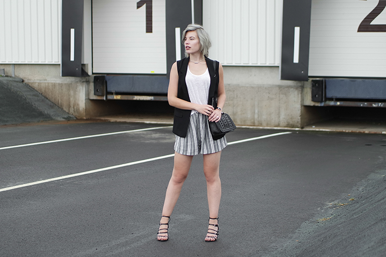 RED REIDING HOOD: Fashion blogger wearing linen shorts zara sale chain bag strappy sandals outfit