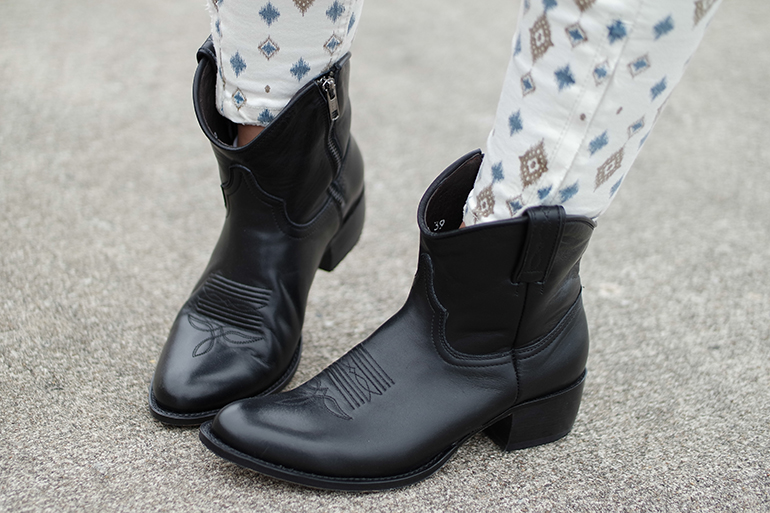 RED REIDING HOOD: Fashion blogger wearing black leather sendra cowboy western ankle boots outfit details