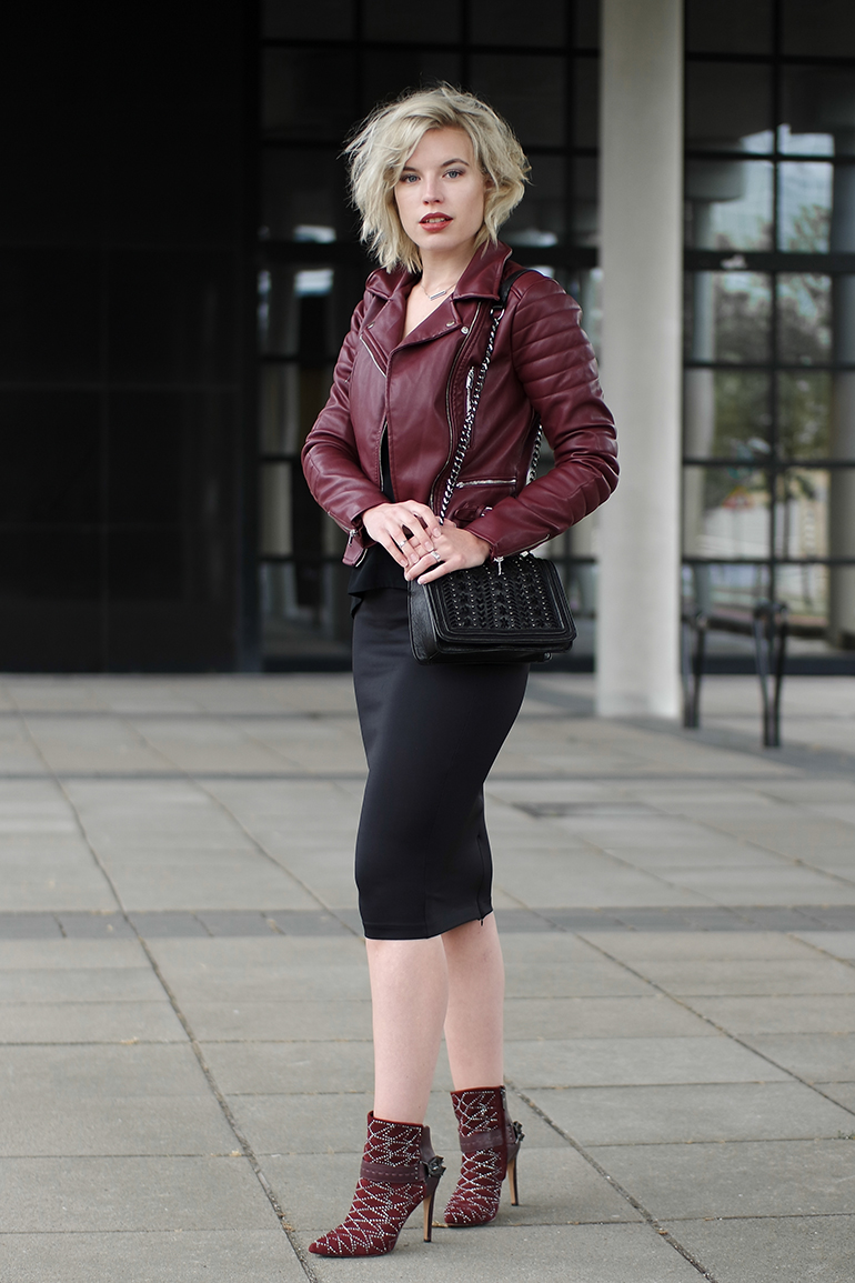 RED REIDING HOOD: Fashion blogger wearing oxblood leather jacket coolcat zara chian bag midi pencil skirt sam edelman mila outfit