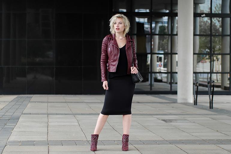 RED REIDING HOOD: Fashion blogger wearing burgundy leather jacket pencil midi skirt H&M sam edelman mila outfit
