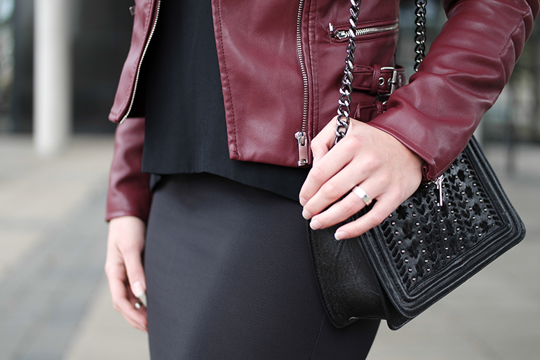 RED REIDING HOOD: Fashion blogger wearing oxblood leather jacket coolcat zara chain bag chanel boy bag replica outfit details