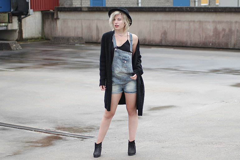 RED REIDING HOOD: Fashion blogger wearing big oversized chunky knit cardigan denim dungarees overalls outfit