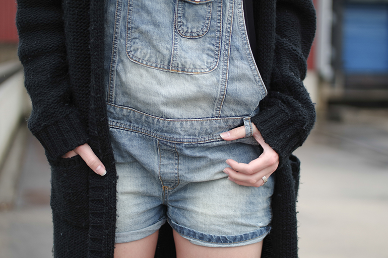 RED REIDING HOOD: Fashion blogger wearing denim dungarees jeans overalls big oversized slouchy heavy chunky knit cardigan outfit details