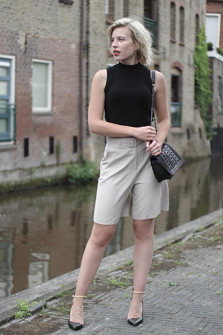 RED REIDING HOOD: Fashion blogger wearing city shorts asos crop top knit turtleneck zara chain bag outfit