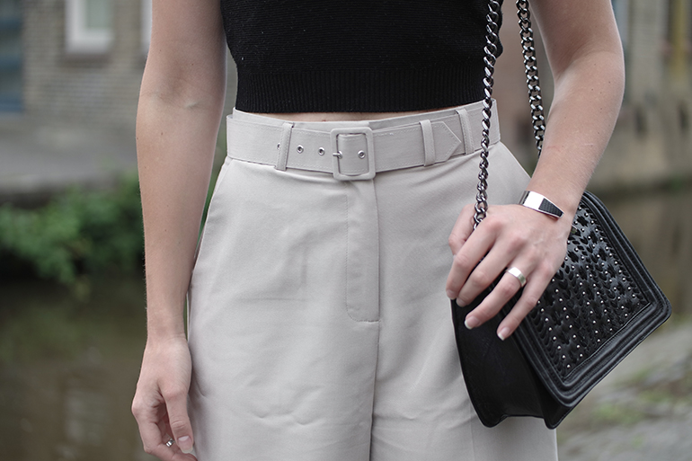 RED REIDING HOOD: Fashion blogger wearing belted city shorts asos crop top zara chain bag chanel boy bag outfit details