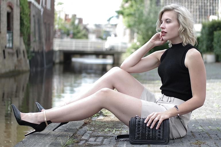 RED REIDING HOOD: Fashion blogger wearing knit crop top outfit long city shorts chain bag zara