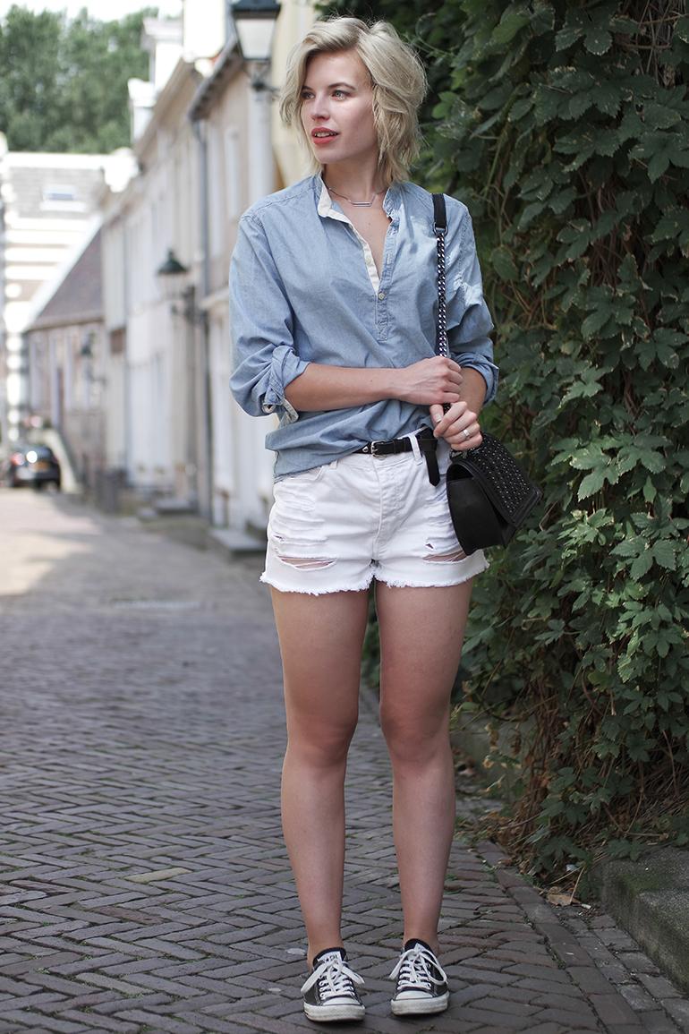 RED REIDING HOOD: Fashion blogger wearing chambray shirt bershka high waist white denim shorts outfit