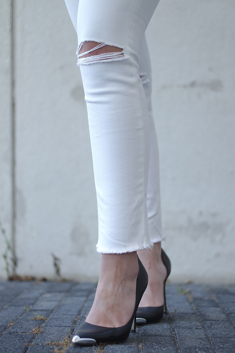 RED REIDING HOOD: Fashion blogger wearing pointy pumps asymmetric cut out court shoes outfit details ripped knees white jeans