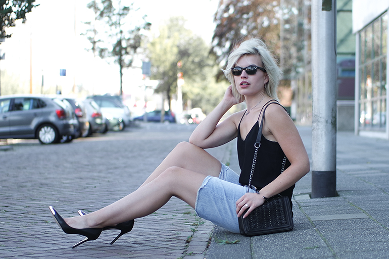 RED REIDING HOOD: Fashion blogger wearing guess pointy pumps cami top chain bag zara outfit boyfriend shorts