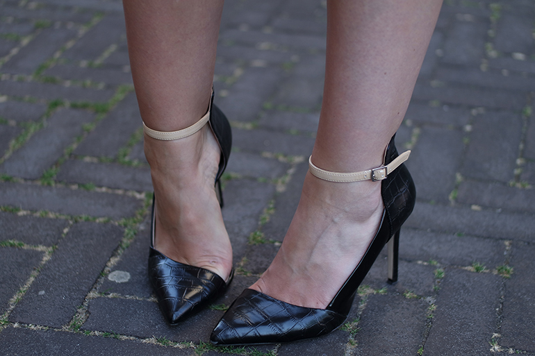 RED REIDING HOOD: Fashion blogger wearing zara pointy python pumps cut out heels outfit details