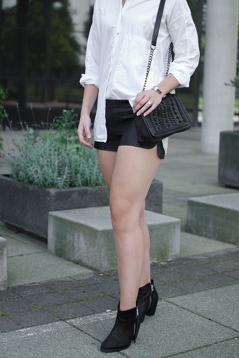 RED REIDING HOOD: Fashion blogger wearing black leather jogger shorts oversized white blouse zara outfit details