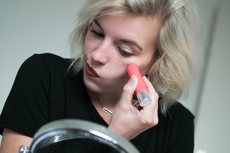 RED REIDING HOOD: Beauty blogger review clinique chubby cheeks 02 robust rhubarb swatch