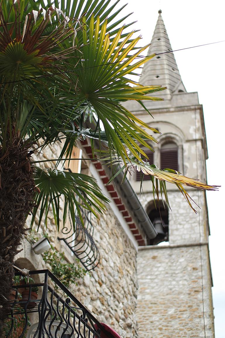 RED REIDING HOOD: Travel blogger france ardeche Vallon-Pont-D'arc city