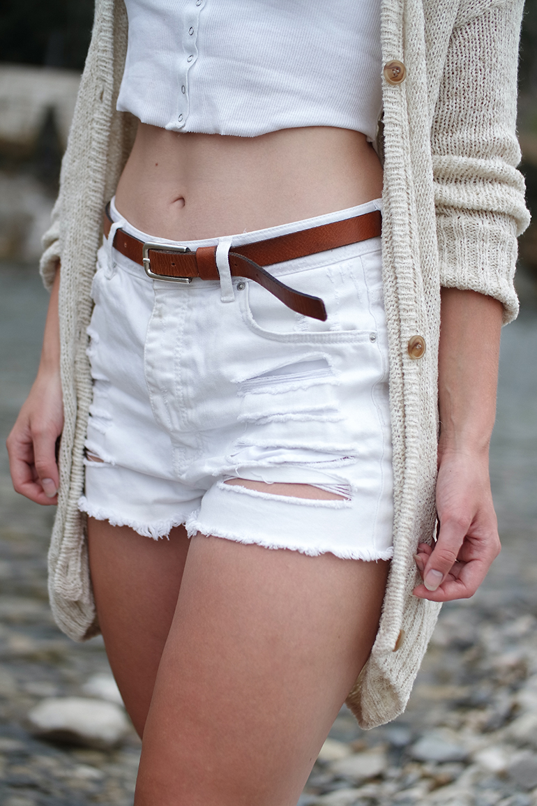 RED REIDING HOOD: Fashion blogger wearing high waist ripped shorts rib cropped top american vintage cardigan outfit details