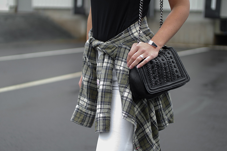 RED REIDING HOOD: Fashion blogger wearing zara chain bag chanel boy bag shirt tied around the waist outfit details