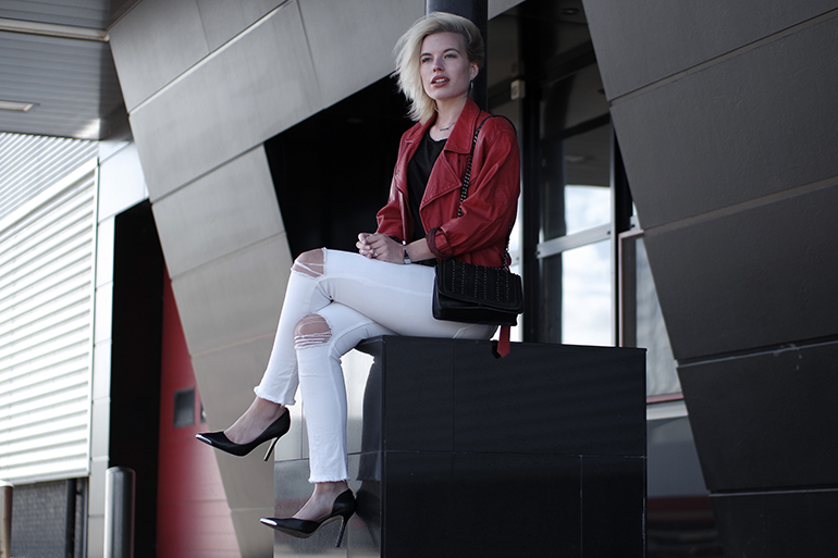 RED REIDING HOOD: Fashion blogger wearing high waist ripped white skinny jeans outfit red leather jacket