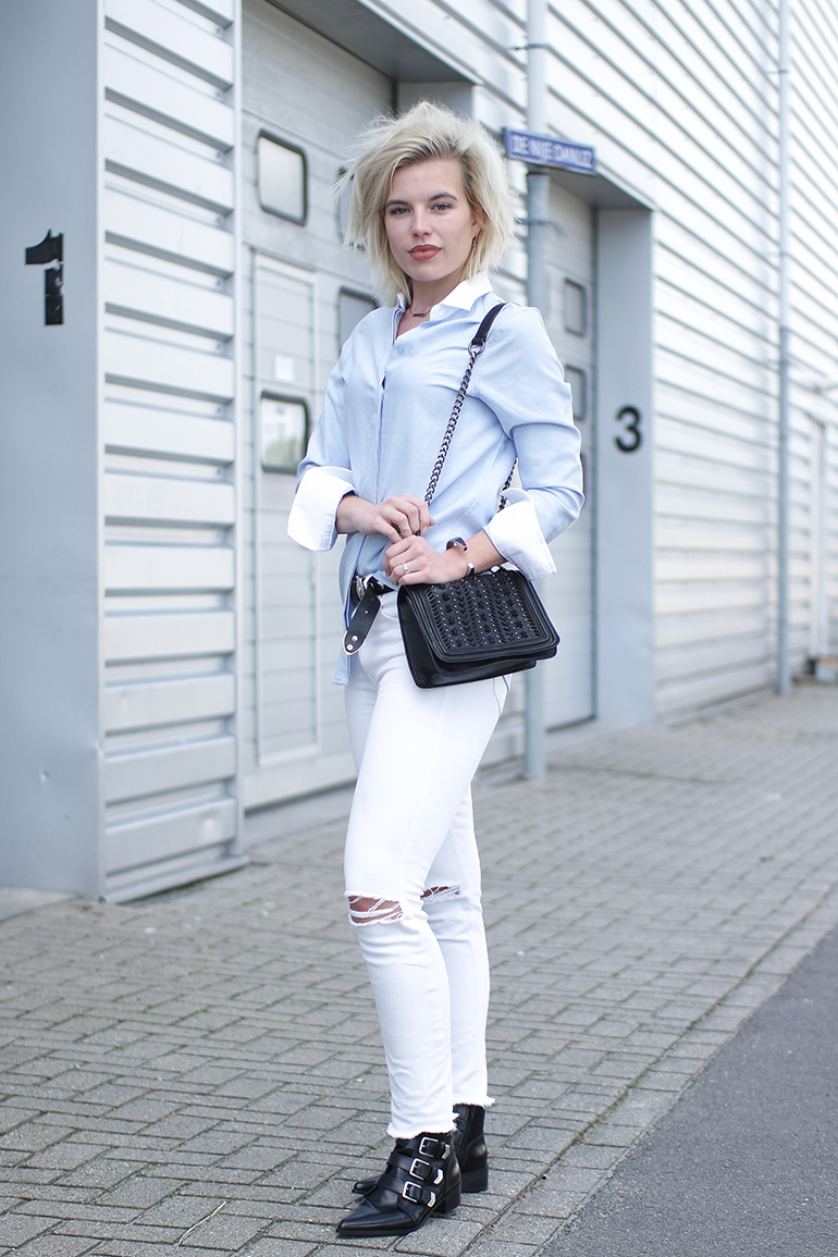 Fashion blogger wearing ripped white skinny jeans chain bag supertrash buckle boots outfit