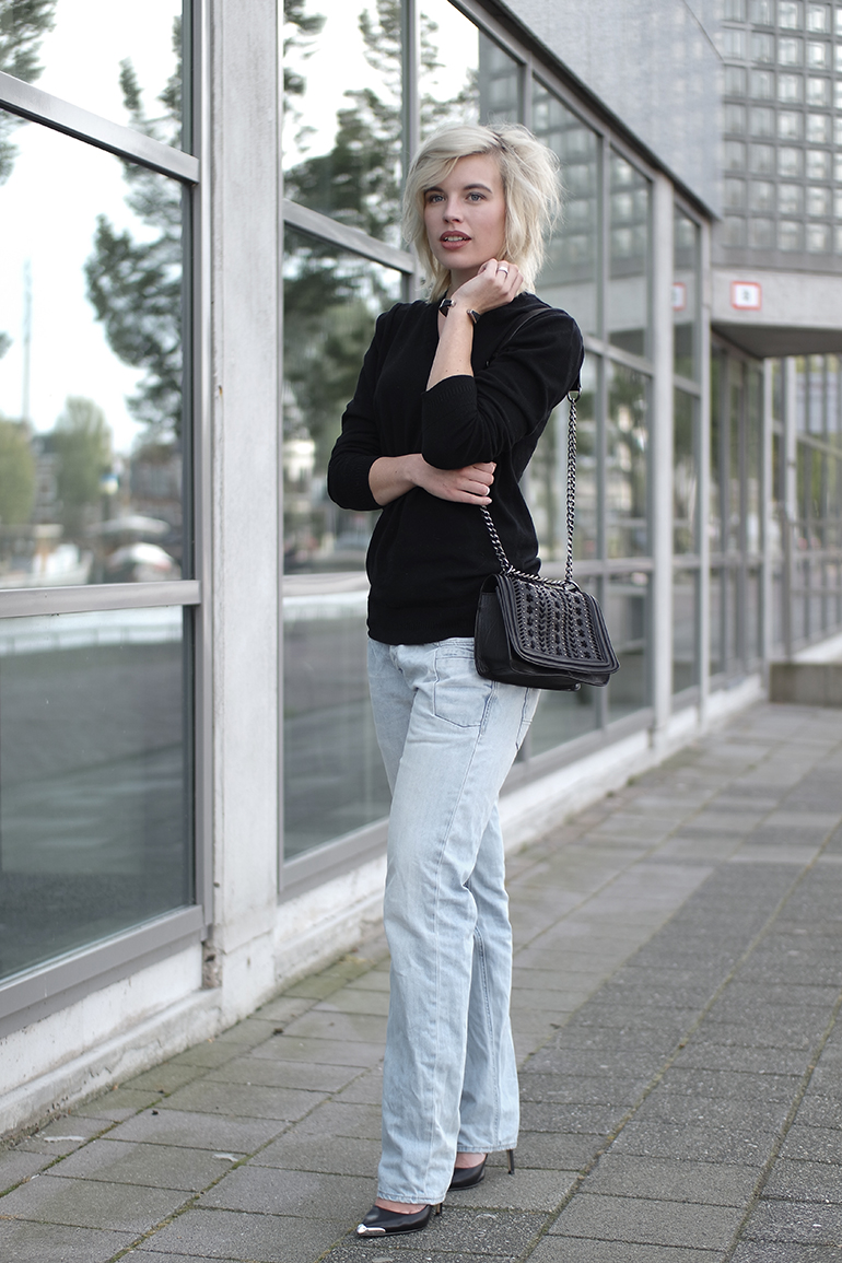 RED REIDING HOOD: Fashion blogger wearing pme jeans boyfriend jeans outfit cut out heel guess pointy pumps
