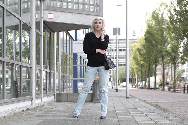 RED REIDING HOOD: Fashion blogger wearing oversized boyfriend jeans light blue denim zara chain bag outfit