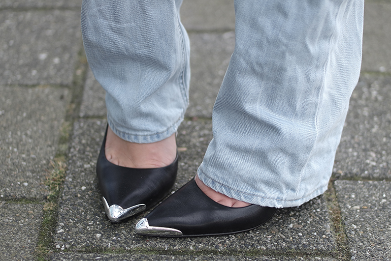 RED REIDING HOOD: Fashion blogger wearing pointy toe pumps guess heels boyfriend jeans