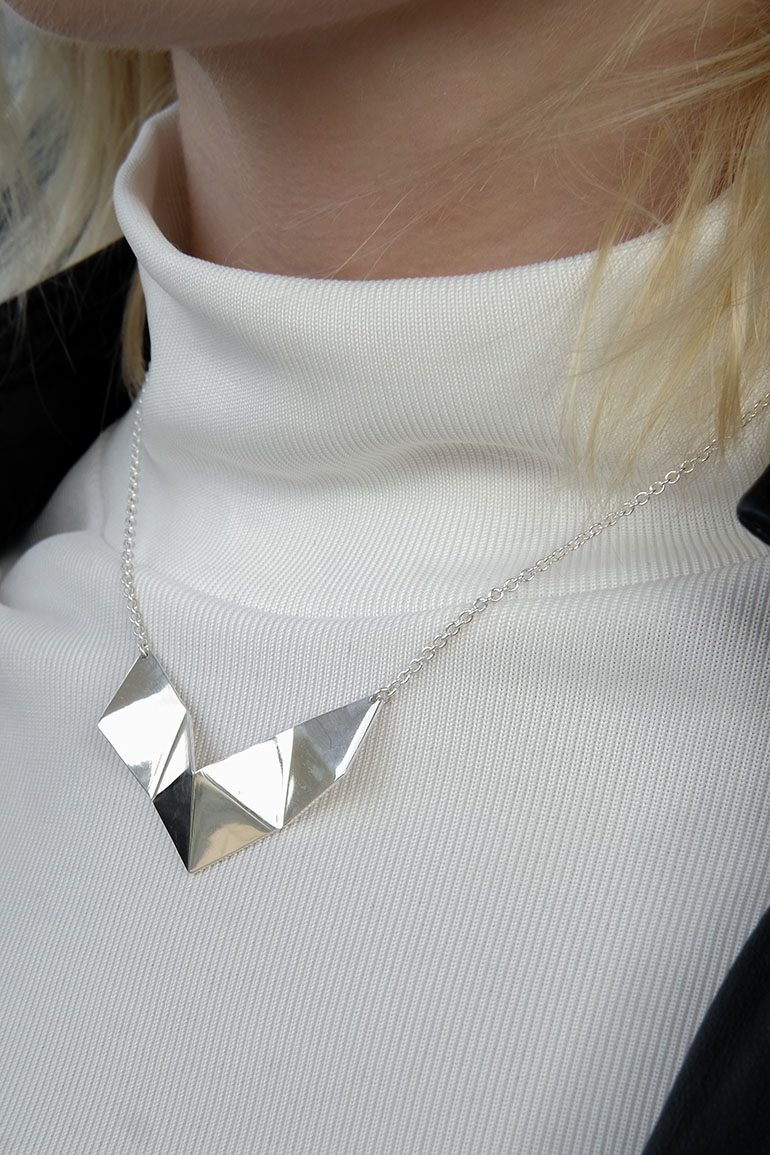 RED REIDING HOOD: Fashion blogger wearing geometric origami hexagon necklace daniëlle vroemen segolda outfit details