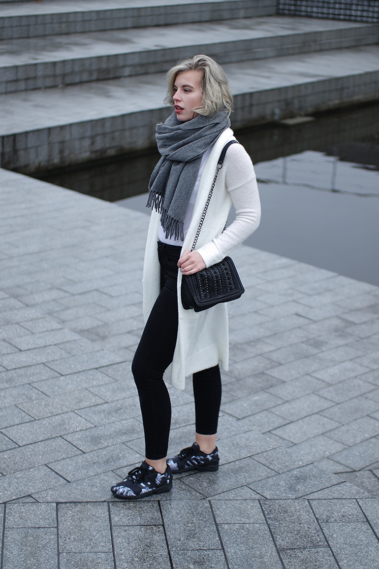 RED REIDING HOOD: Fashion blogger wearing long white cardigan acne canada wool scarf outfit adidas sneakers