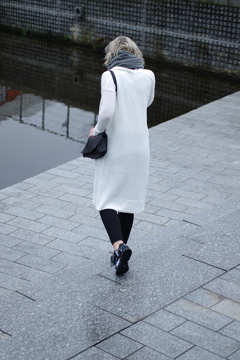 RED REIDING HOOD: Fashion blogger wearing long white cardigan outfit adidas sneakers