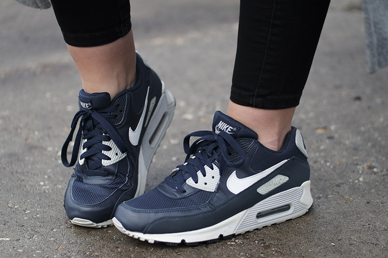 RED REIDING HOOD: Fashion blogger wearing nike air max 90 essential sneakers outfit details