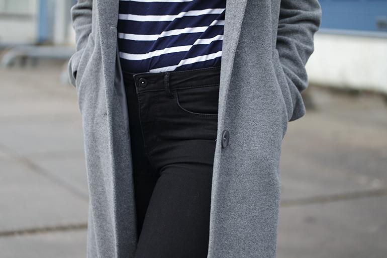 RED REIDING HOOD: Fashion blogger wearing breton striped shirt high waist jeans outfit details