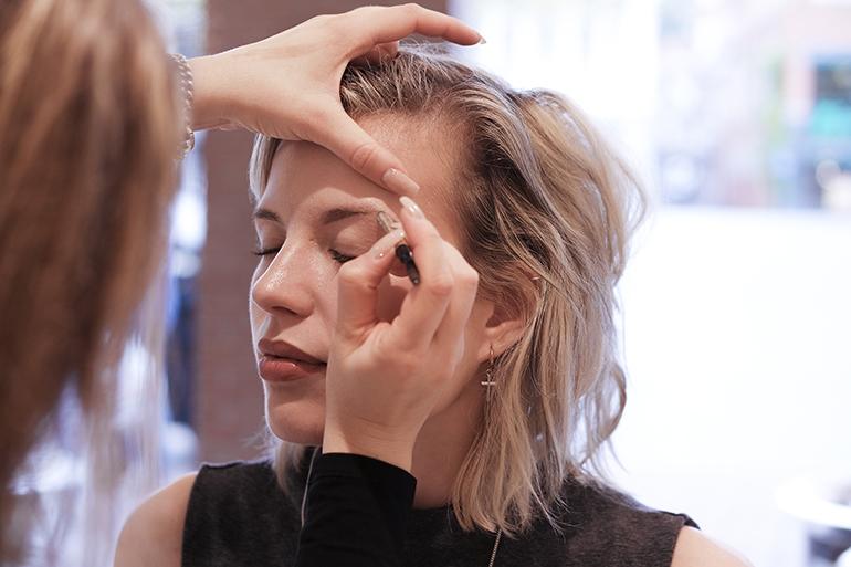 RED REIDING HOOD: Beauty blogger review Benefit Brow Bar Douglas Leeuwarden wenkbrauwen waxen