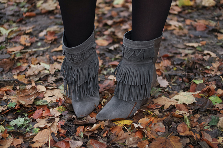 RED REIDING HOOD: Fashion blogger wearing isabel marant fringe boots outfit details